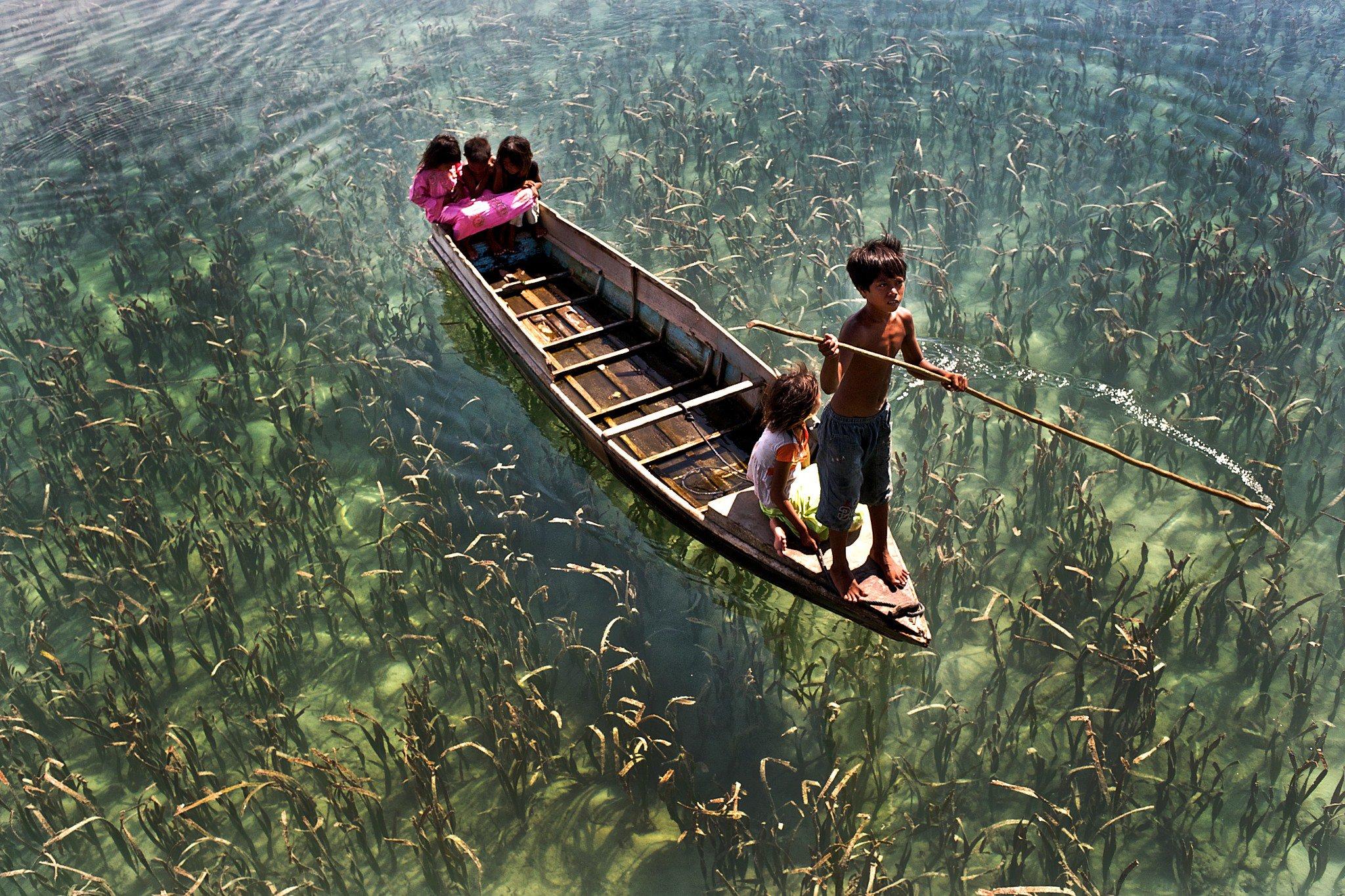 лодка на очень прозрачной воде